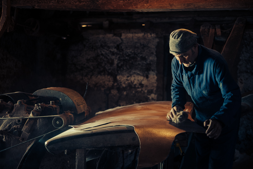 Genaro González is the tannery craftsman who continues working faithful to the tradition, in the tannery that founded his family in 1887